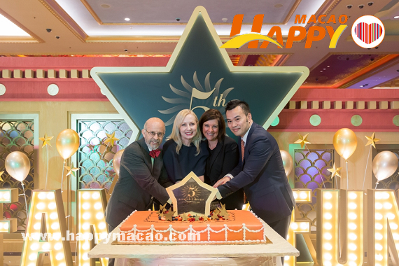Sands_China_executives_celebrate_Sands_Cotai_Centrals_5th_anniversary_with_a_cake-cutting_ceremony._