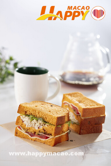Starbucks_Chicken_and_Bacon_Tomatao_Bread_Sandwich