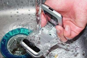 手機掉進水裡應如何處理?